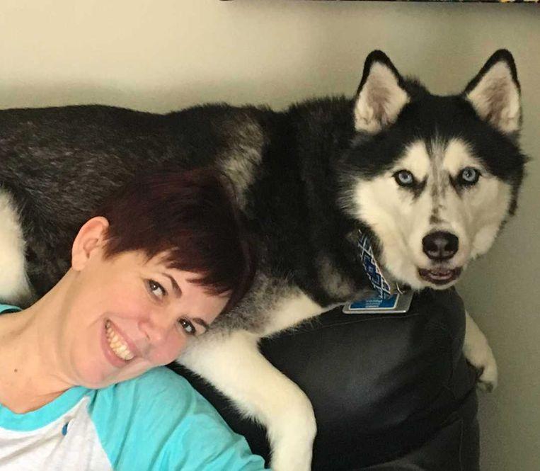 Stephanie Herfel en husky Sierra zijn twee hadden op een buik