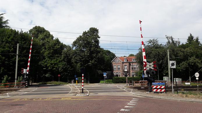 De overweg van de Heusdensebaan staat als gevaarlijk te boek. Door een verbod om de Nicolaas van Eschstraat in te slaan wordt het veiliger, stellen de gemeente Oisterwijk en ProRail.