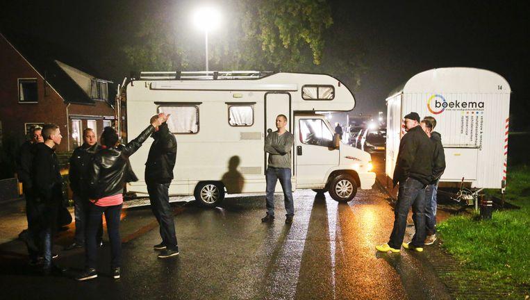 Boze bewoners blokkeren de weg naar het vakantiepark Oranje waar asielzoekers worden opgevangen. Staatssecretaris Klaas Dijkhoff heeft de gemeente Midden-Drenthe opgedragen 700 asielzoekers extra te huisvesten. Beeld ANP
