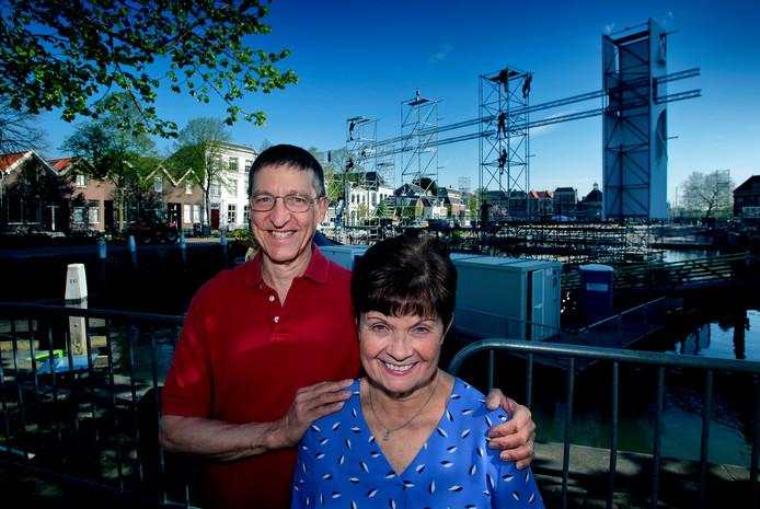 Paul en Nancy de Regt bij het podium dat bij hen voor de deur stond. Ze vliegen vandaag terug naar Amerika.