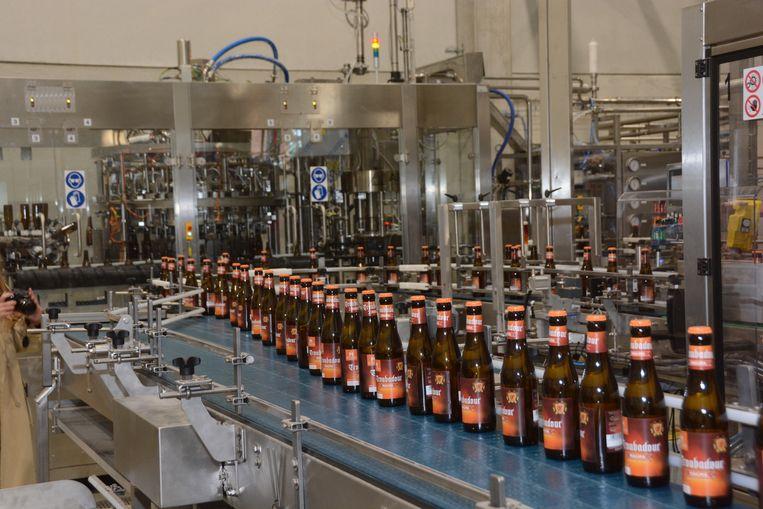 Een volautomatische machine vult zo'n 6.000 flessen per uur.