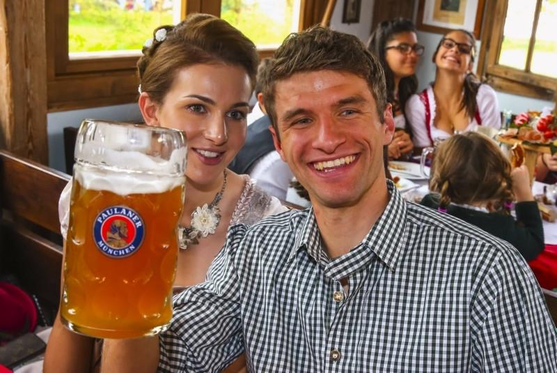Thomas Müller met zijn vrouw Lisa.