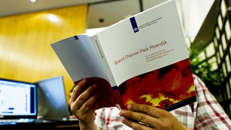 Het rapport van het onderzoek naar de brand bij Chemie-Pack in Moerdijk. © ANP Beeld