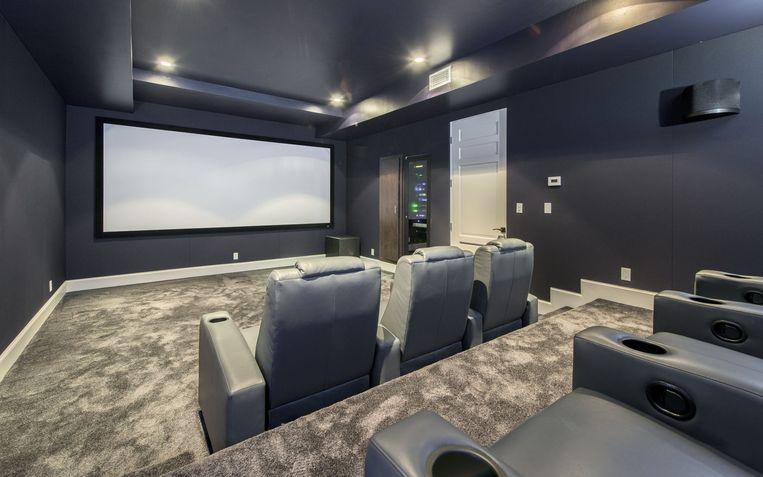 Een filmavondje bij Rihanna? Geen probleem. De zangeres beschikt over een eigen bioscoopzaal.