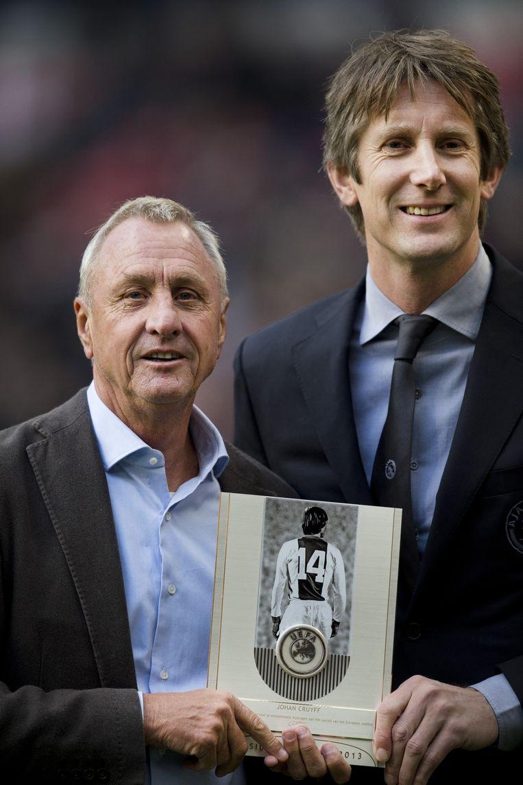 Johan Cruijff (L) samen met Edwin van der Sar in 2013. Beeld anp