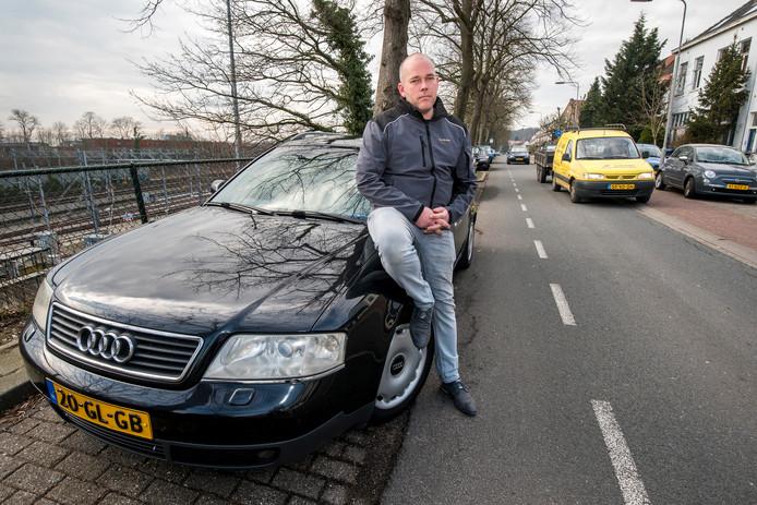 Wouter ten Broeke met zijn oude dieselauto uit 2001.