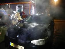 Vreemde joker-kaart gevonden op achterruit brandende auto in Eindhoven, brandweer vermoedt van brandstichter