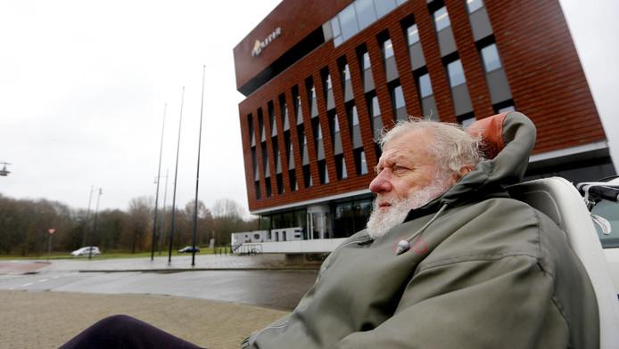 Piet van den Berg voor het politiebureau in Dordrecht.