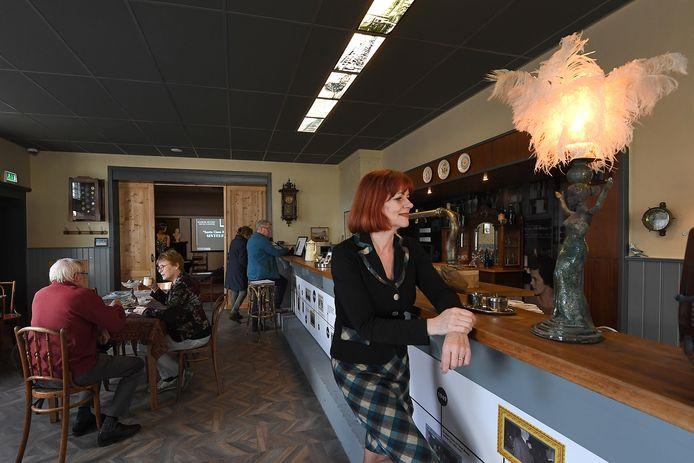 Monica Zeegers heeft haar uitvaartcentrum weer even omgetoverd tot wat de ruimte vroeger was: een café.