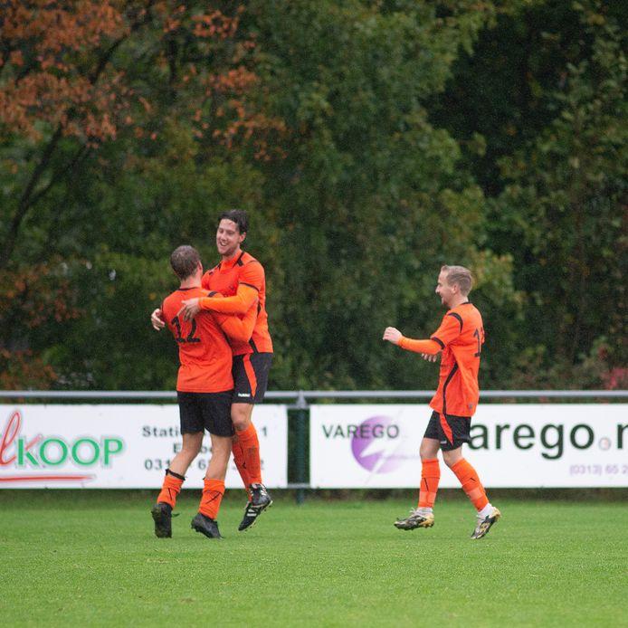David Goossens springt in de armen van Jesper Holdijk na de gelijkmaker. Rechts is ook Danny van Dijk blij.