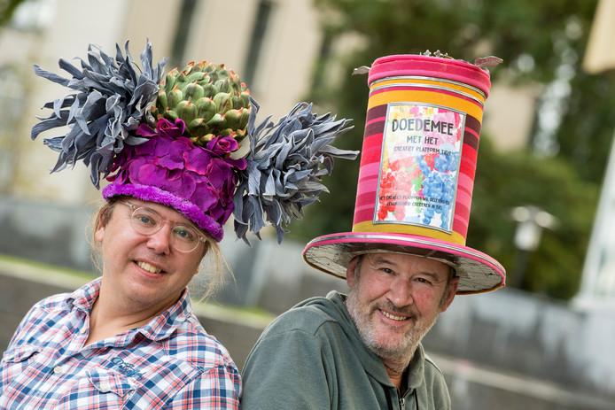 Jean-Paul Opperman (links) en Frans Ebing met twee versierde hoeden van de hand van Ebing op het hoofd. Beide hoeden zijn momenteel in de etalages van de Tielse kledingwinkel Wuite Vrijetijds Mode te zien om mensen uit te dagen aan Tiel Chapeau mee te doen.