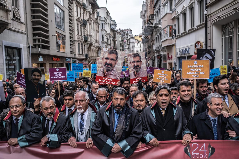 Turkse rechters en advocaten betoogden donderdag in Istanbul, op de Dag van de bedreigde advocaat.  Beeld Joris van Gennip