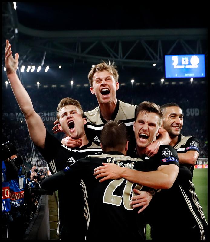 Ajax viert de 2-1 tegen Juventus.
