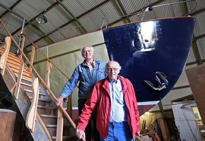 Restauratie van het zeilschip de Askoy II met de broers Wittevrongel, Piet (links) en Staf.