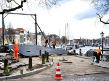 De noodbrug bij de Nieuwe Haven is bijna klaar, volgende week gaat hij open