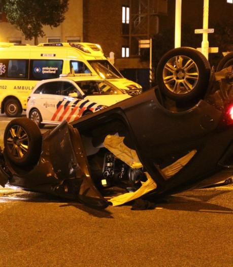 Auto over de kop bij nachtelijk ongeluk in Zwolle