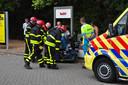 Met man en macht wordt geprobeerd Wilfred Mbadugha los te krijgen, zijn rechterbeen is te zien op de scootmobiel. Foto Persbureau Midden Brabant