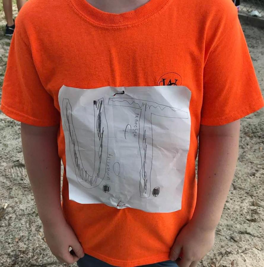 De basisschoolleerling met zijn zelfgemaakte shirt van de University of Tennessee (UT).