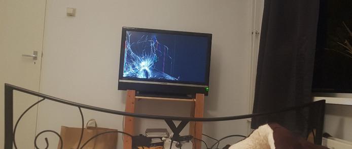 Onder meer de tv werd vernield en er werden gaten in het matras gestoken