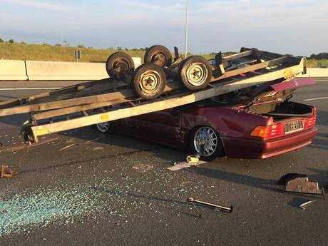 Auto-ambulance over de kop op A50, snelweg weer open