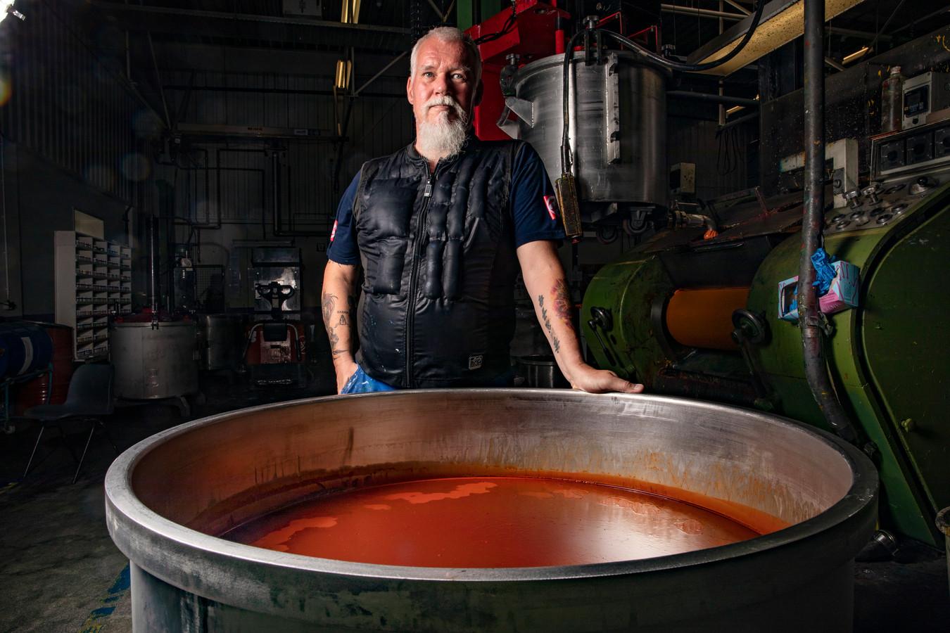 """Het is warm bij Royal Talens in de productiehal en productiemedewerker Wim Deelman weet daar alles van. Temperaturen kunnen er oplopen tot 35 graden. Daarom heeft het bedrijf (vorig jaar al) koelvesten gekocht voor de medewerkers. ,,Ziet er misschien warm uit, maar het voelt heerlijk fris."""""""