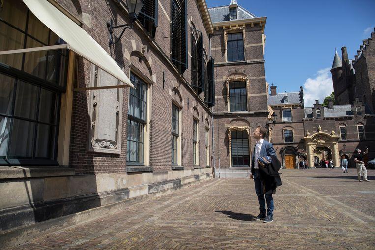 Ronald van Raak kijkt naar de plaquette tegenover de Ridderzaal. Beeld Werry Crone