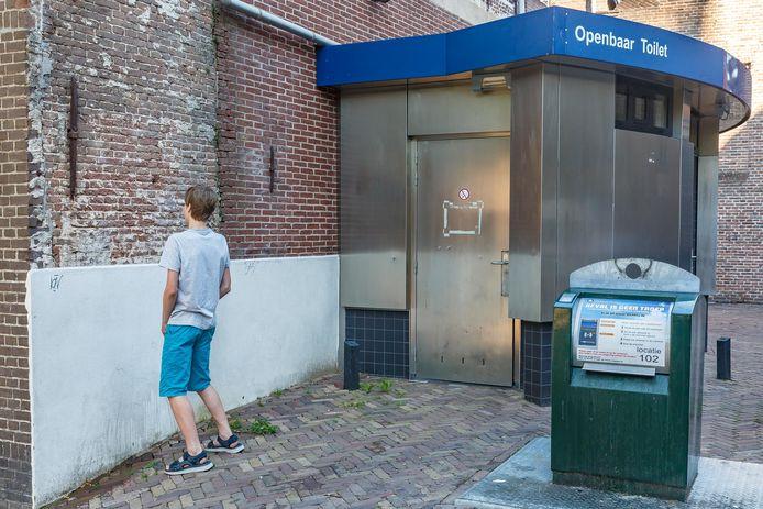 In de Kleine Kerkstraat in Meppel is naast een openbaar toilet de gevel behandeld met witte terugplasverf omdat veelvuldig niet in het toiletgebouw wordt geplast maar ernaast buiten.