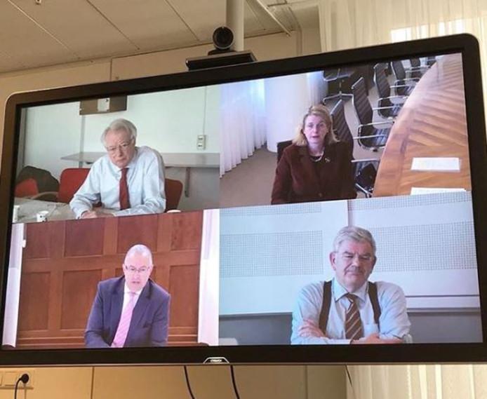 De afbeelding van de vier burgemeesters tijdens de laatste videoconferentie waar Jozias van Aartsen aan deelnam.