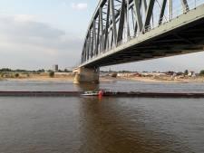 Opletten geblazen voor scheepvaart in Waal bij Nijmegen: boot sleept boei mee