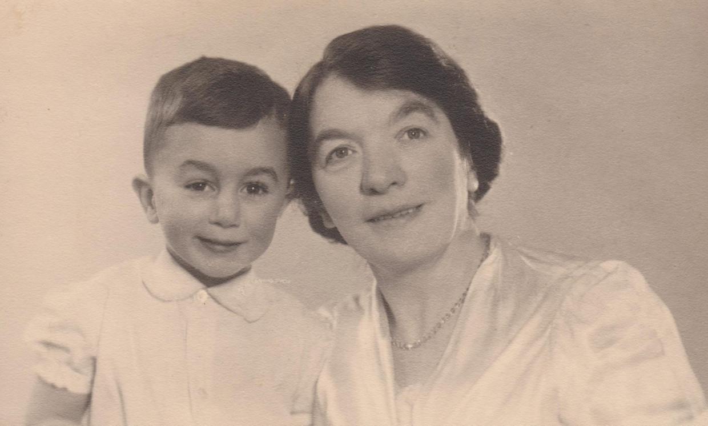 Fred van Vliet met zijn (adoptie)moeder.