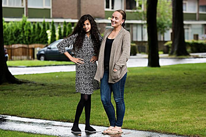 Buurmeisje Zouhra (links) met haar heldin Andaya.