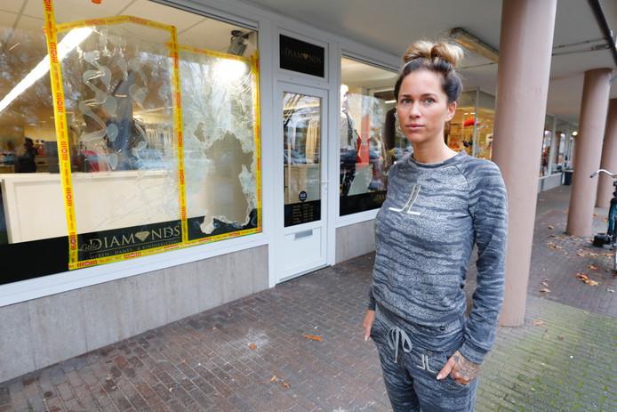 Nathellie Holzken voor haar winkel