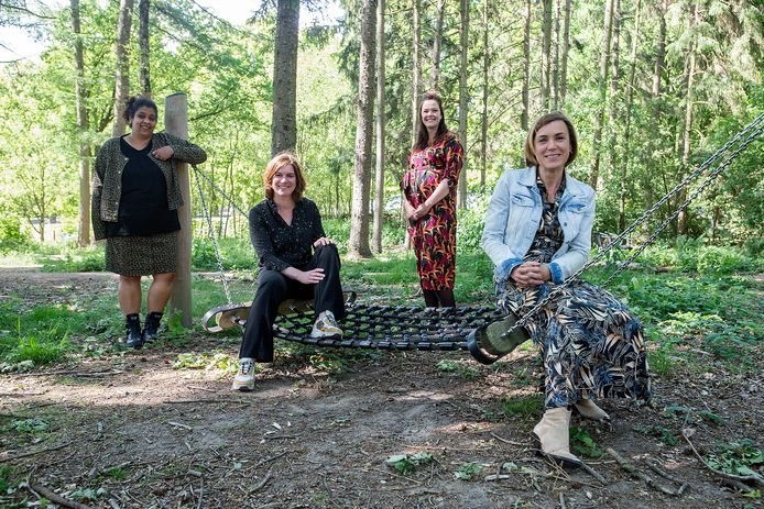 Bonnie, Clustermanager Judith Martens, Joyce en Hadeline  Vorselaars van gemeente Tilburg  bij 'Sterk Huis' over de week van de mensenhandel.