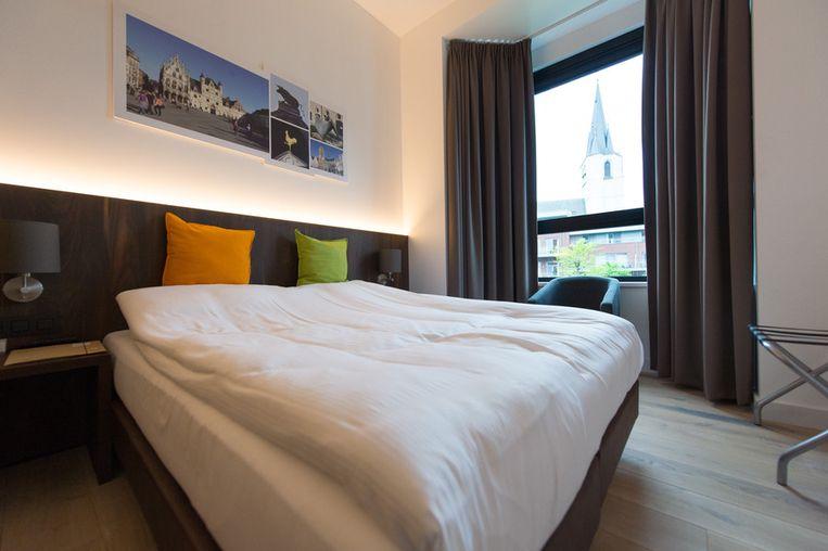 Door het raam van deze kamer zie je de Sint-Janskerk.
