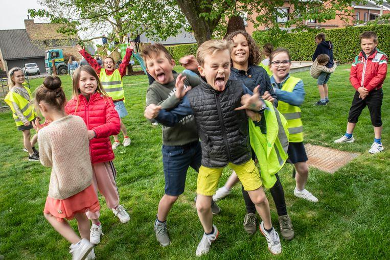 De kinderen van de school ontdekken hun nieuwe speelweide.