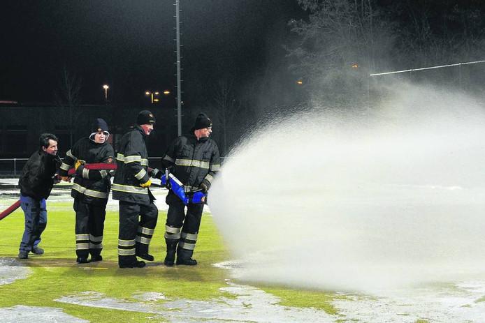 De brandweer komt er dit jaar niet aan te pas om het hockeyveld in Grave onder water te zetten. Foto Ed van Alem