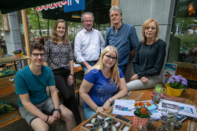 Thursten van der Werff, Futuris-jobcoach Silvia van Uden, Ronald van Vliet, Alexandra Davidse, Cees van Pagée en Marise Huijbregts (vlnr) op het terras van Futuris-restaurant Soul Kitchen op Strijp-S.
