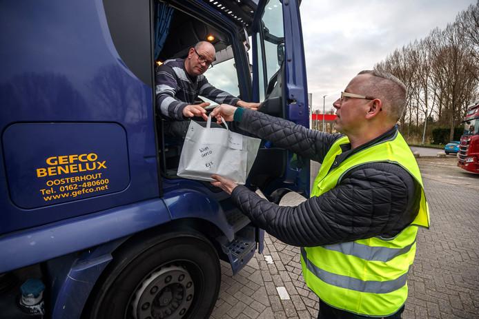 Door het coronavirus zijn de wegrestaurants dicht. De Gouden Leeuw en Kanters in Moerdijk bezorgen maaltijden nu aan de vrachtwagencabine. 'De chauffeurs zijn er blij mee.'