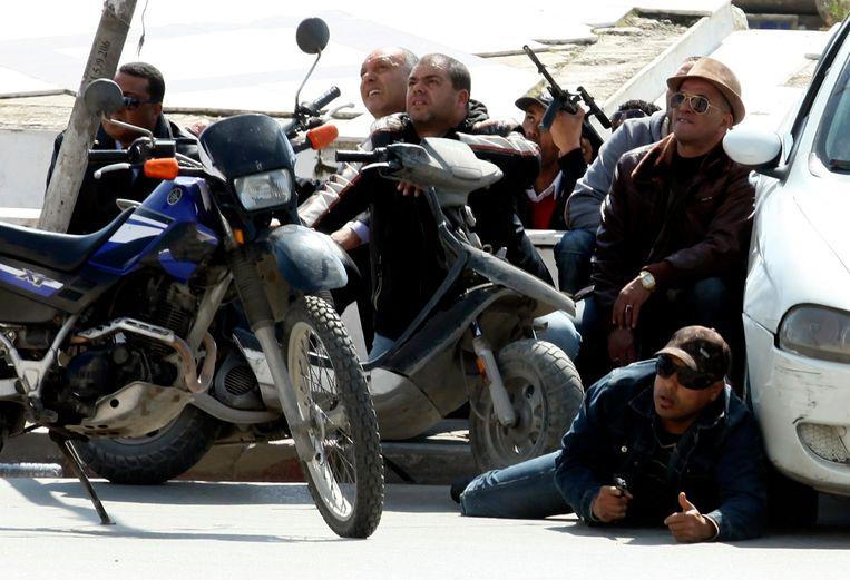 Tunesische politie op de stoep tijdens de gijzeling Beeld reuters