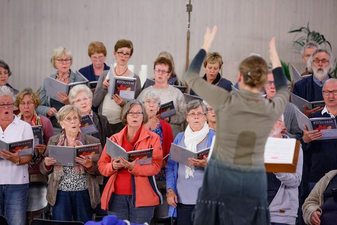 Dirigente Gunita Kronberga met het koor Vox Jubilans in de Moeder Godskerk.