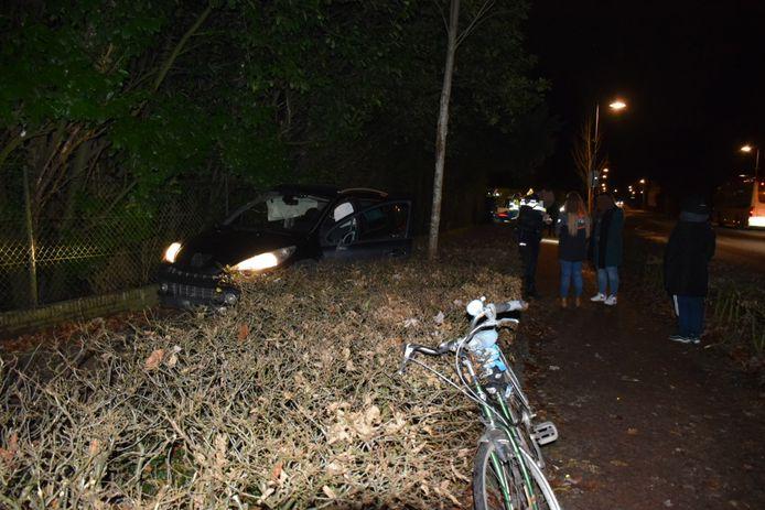 De Duitse auto op de Oude Kleefsebaan na het ongeval.