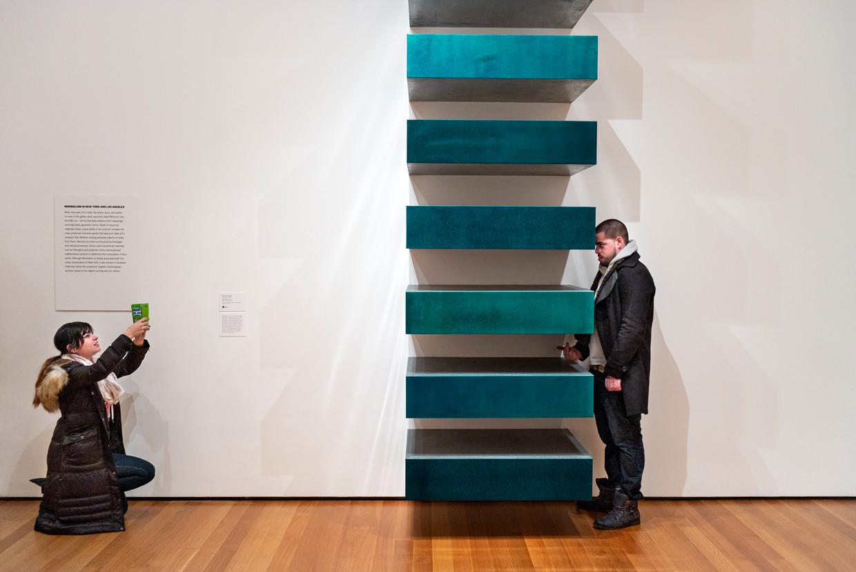 Een categorie apart: de bezoeker met de middelvinger. Hier bij 'Untitled (Stack)' van Donald Judd.