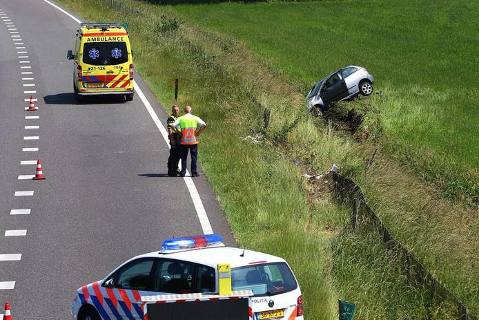De auto belandde door nog onbekende oorzaak in het weiland.