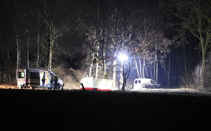 Met grote lampen werd de vindplaats van de auto verlicht.