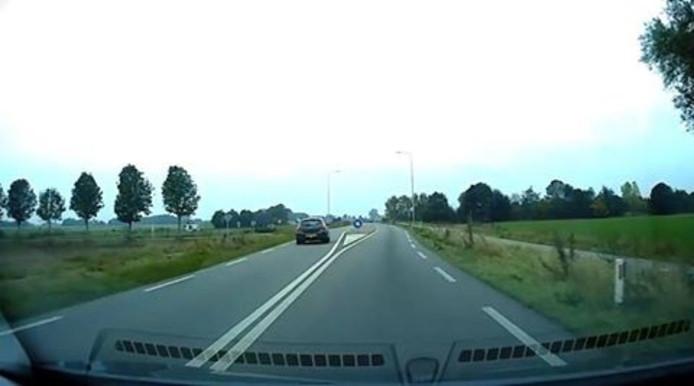 De automobilist rijdt links langs de vluchtheuvel. Foto: Politie Zutphen