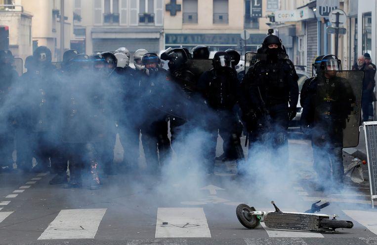 De politie zet traangas in tijdens betoging in Parijs.