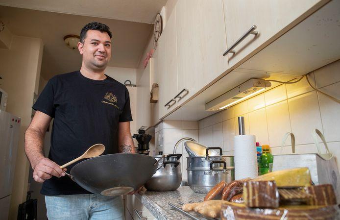 Michel van Dijk in de keuken van zijn huis. Daar mag hij geen Indische afhaalmaaltijden meer bereiden.