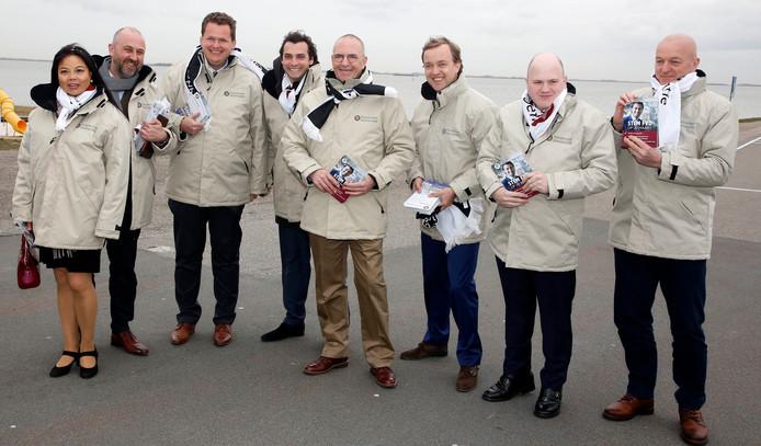 Het Zeeuwse team van Forum voor Democratie, met als vierde van links fractievoorzitter in de Tweede Kamer Thierry Baudet. Xander Eversdijk, nummer vijf op de lijst,  ontbreekt vanwege werkzaamheden elders. De FvD-aanhangster geheel links staat niet op de lijst. Tweede van links Robert Koevoets (#2 op de lijst), Eelco van Hoecke (#4 op de lijst), Thierry Baudet,  Fred Walravens (#1 op de lijst),  Lennart van der Linden (#8 op de lijst),  Martin Bos (#6 op de lijst),  Robèrt Brunke (#3 op de lijst).