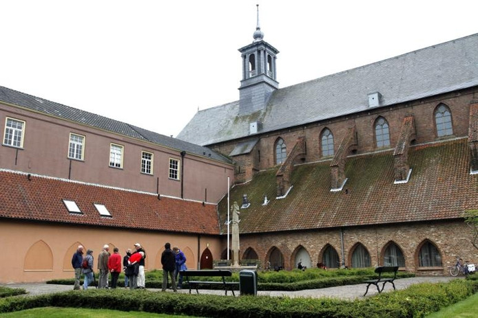 In de Zutphense Broederenkerk blijft de bibliotheek gevestigd. In het Warnsveldse Warnshuus behoudt een beperkte bibliotheekfunctie. foto Arjan Gotink