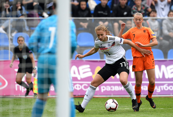 Ella Peddemors in actie tegen de Duitse Mieke Schiemann.